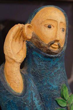 Monje en actitud de escucha, estatua en yeso polícromo